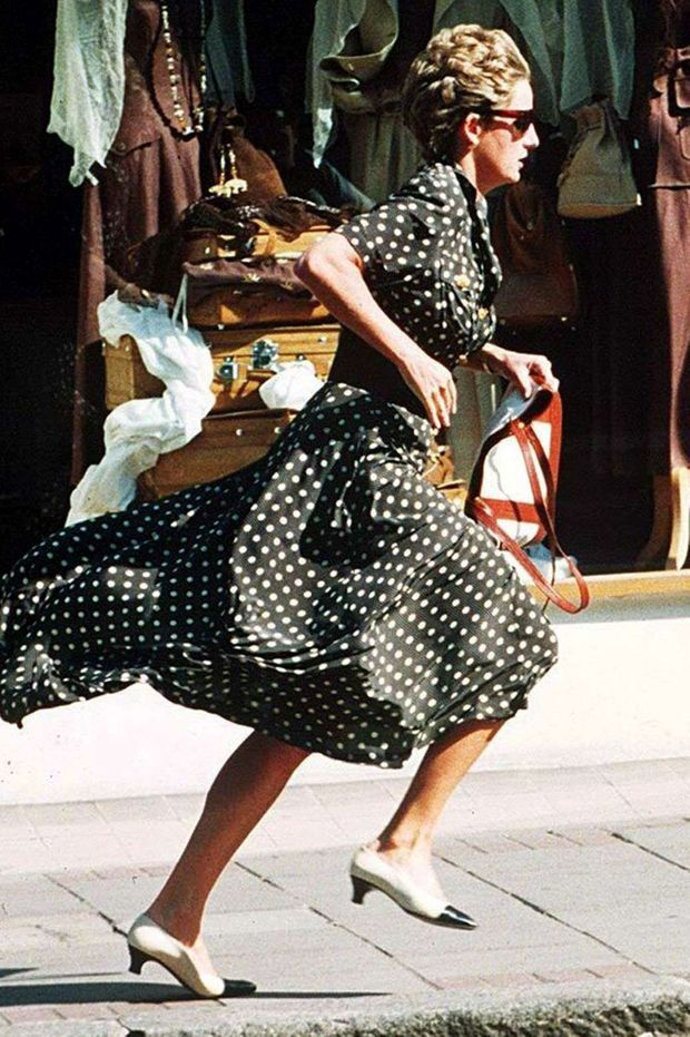 «L'histoire d'amour avec les photographes est terminée. Dans les rues de Londres, Diana fuit devant les objectifs.» - Paris Match n°2363, 8 septembre 1994
