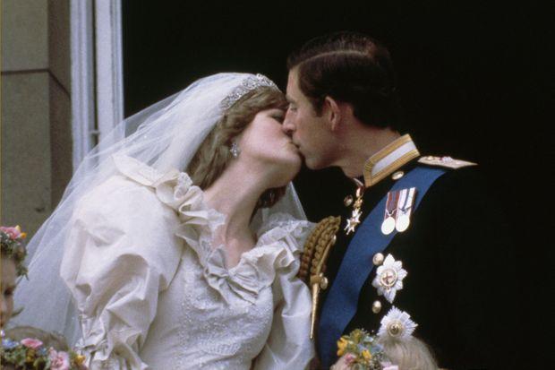 Le prince Charles embrasse sa jeune épousée, Diana.