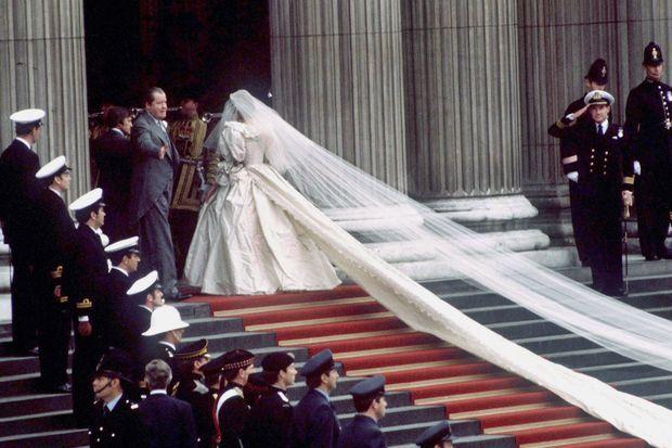 Diana Spencer au bras de son père lord Spencer s'apprête à entrer dans la cathédrale Saint-Paul.