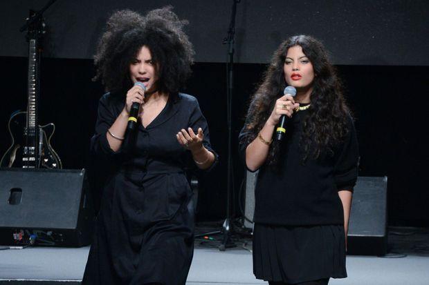 Les jumelles Lisa-Kaindé et Naomi Diaz au défilé d'Agnès B.