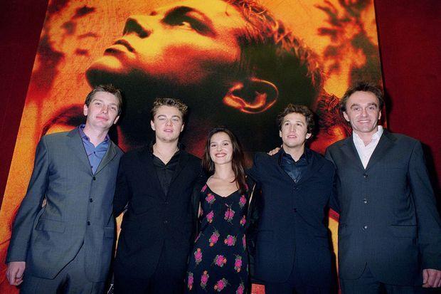 Leo DiCaprio, Guillaume Canet et Danny Boyle entourent Virginie Ledoyen. Paris, février 2000.
