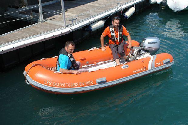 Dimitri et Yann à bord du zodiac de la SNSM.