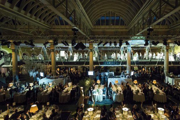 Le dîner au Old Billingsgate, d'époque victorienne, le long de la Tamise, le lieu des manifestations chics de Londres.