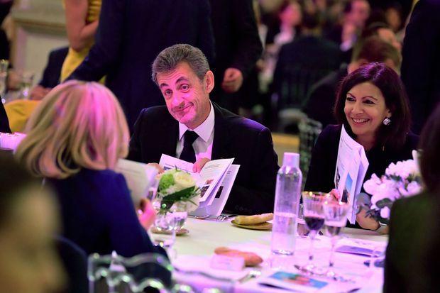 Brigitte Macron (de dos), face à elle Nicolas Sarkozy et Anne Hidalgo.