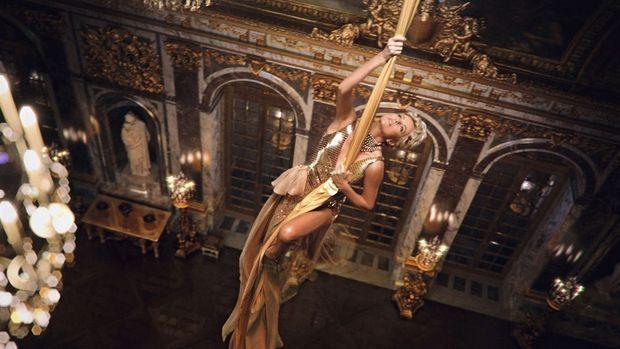 Sous les ors du château de Versailles, cadre de la campagne J'adore, de Dior, Charlize Theron allie force et élégance pour se hisser vers son futur.
