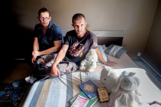 Dans leur maison, Séverine et Kamel, les parents de Sarah, avec ce qui leur reste de leur fille : des peluches et quelques livres de prières, laissés sur place.