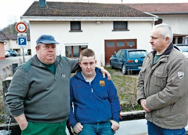 Paul Miette (à g.), avec son fils, Julien, 25 ans, qui a acheté sa maison (à l'arrière-plan) trois mois avant l'annonce de la mise en vente de la papeterie, et Pascal, frère de Paul.