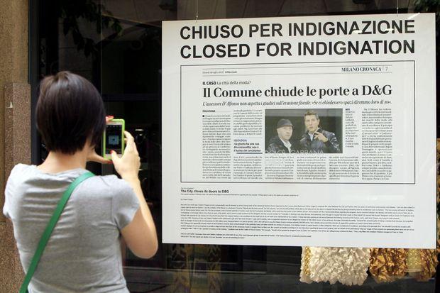 """La vitrine d'une des boutiques milanaises de Dolce & Gabbana en juillet dernier, pendant leur """"fermeture""""."""