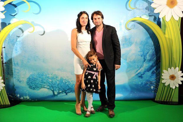 """Christophe Dominici avec sa femme et sa fille lors de l'avant-première du film Disney """" Clochette et le secret des Fées""""."""
