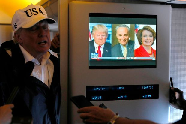 Donald Trump à bord d'Air Force One en septembre 2017. Comme il se doit, le téléviseur diffuse Fox News.