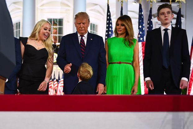 Donald Trump, aux côté de sa fille Tiffany, de son épouse Melania et de son fils Barron, salue son petit-fils Theodore James Kushner.