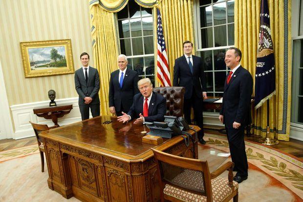 """Donald Trump accueille les photographes dans le bureau ovale, vendredi. A ses côtés : son gendre et conseiller, Jared Kushner, le vice-président Mike Pence, le """"staff secretary"""" Rob Porter et le """"chief of staff"""", équivalent du secrétaire général de l'Elysée, Reince Priebus."""