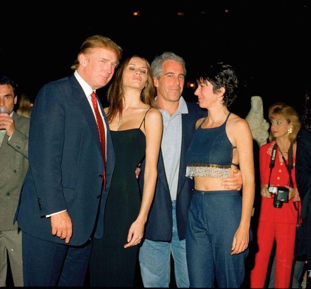 Donald Trump dans son club de Mar-a-Lago à Palm Beach avec Melania (sa future femme), Jeffrey Epstein et sa « fiancée » Ghislaine Maxwell, en février 2000.