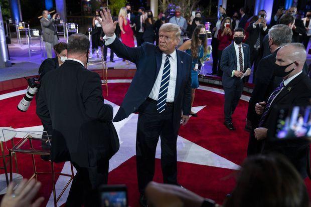 Donald Trump salue le public, jeudi soir à Miami.