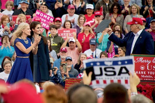 Donald Trump remercie Hope Hicks et Kellyanne Conway, manager de sa campagne, dans l'Alabama durant son « Thank You Tour », le 17 décembre.