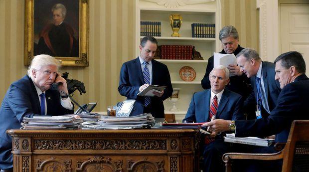 Donald Trump au téléphone avec Vladimir Poutine, entouré de Reince Priebus, Mike Pence, Steve Bannon, Sean Spicer et Michael Flynn.