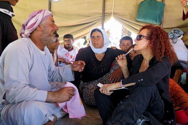 Donatella, enquêtrice d'Amnesty International, avec des réfugiés yézidis en Irak.