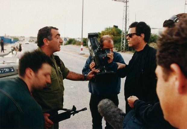 Pendant le tournage de « Donnons une chance à la paix », en 1994, au poste-frontière d'Erez, qui sépare Israël de la bande de Gaza.