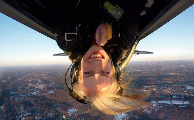 Donut et voltige, à bord d'un Pitts. Nadia a obtenu son diplôme de pilote d'acrobatie aérienne.