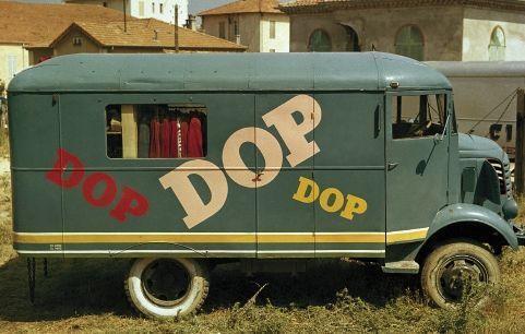 1954: Des camions Dop sillonnent et distribuent des produits au public. C'est l'invention du marketing moderne.