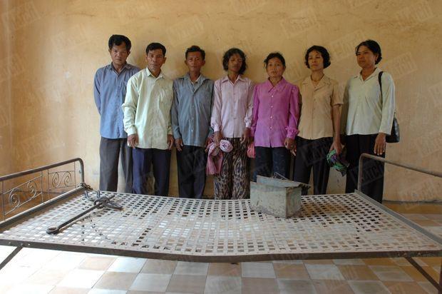 Sept des bourreaux dans l'ancienne prison S-21 de Phnom Penh, en 2005. De gauche à droite : Nuon HONG, Him HUY, Peng KRY, My CHAN, Orn SAV, Lo SIM et Rath NIM