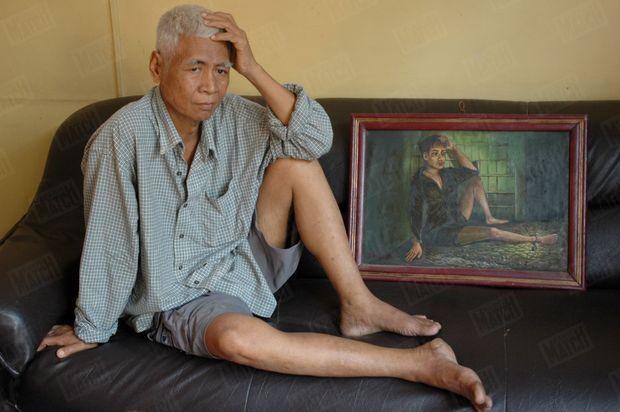 Van Nath, ancien détenu ayant survécu, devant l'une de ses peintures. Ses oeuvres, exposées au Musée du génocide Tuol Sleng dans les locaux de l'ancienne prison, constituent d'importants témoignages sur les atrocités commises à S-21.