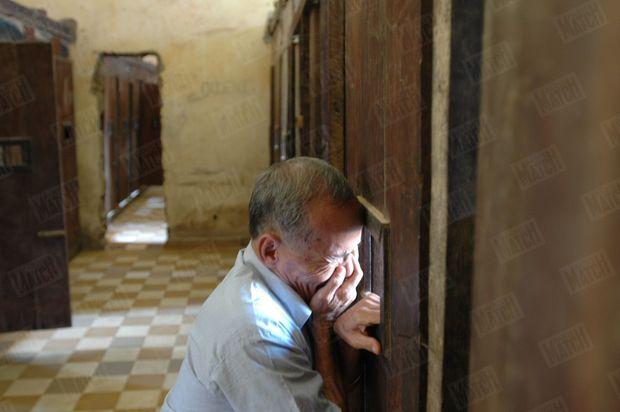 «De l'autre côté de cette porte, à l'intérieur de la cellule, les tortionnaires avaient fait inscrire cette maxime: «Ne sois pas trop libre», pour briser plus encore les prisonniers.» - Paris Match n°2913, 17 mars 2005