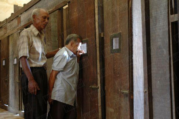 «Arrivé à l'étage de sa cellule, Bou Meng se dirige immédiatement devant celle où il fut enfermé pendant deux ans. Un long moment il ne dit mot, puis s'effondre en hurlant. Seule l'intervention de Chum Mey permet de calmer un instant ses sanglots avant qu'ensemble ils ne soient envahis par une nouvelle vague de douleur. » - Paris Match n°2913, 17 mars 2005