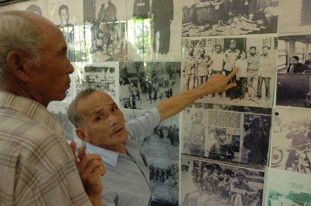 «Dans une des anciennes salles de torture, Bou Meng montre à Chum Mey la photo des 7 survivants prise par des militaires vietnamiens, lors de leur arrivée en janvier 1979. » - Paris Match n°2913, 17 mars 2005