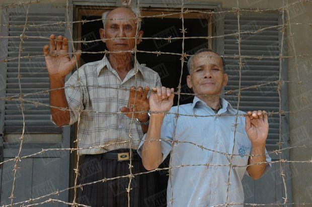 Chum Mey et Bou Meng dans l'ancienne prison S-21 de Phnom Penh, en 2005. La bâtisse abrite aujourd'hui le Musée du génocide Tuol Sleng.