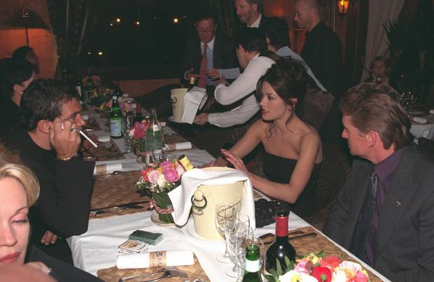 Le dîner de leur rencontre : Catherine Zeta-Jones et Michael Douglas avec Melanie Griffith et Antonio Banderas, au Festival de Deauville, le samedi 12 septembre 1998.