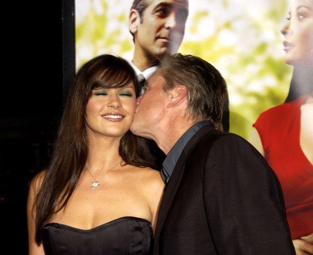"""Catherine Zeta-Jones et Michael Douglas à la première du film """"Intolérable Cruauté"""", à Los Angeles en octobre 2003."""