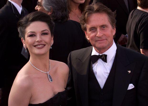 """Catherine Zeta-Jones et Michael Douglas, à la 73e cérémonie des Oscars, à Los Angeles en mars 2001. Cette année là, le film """"Traffic"""" dans lequel le couple est réuni, va remporter quatre prix."""
