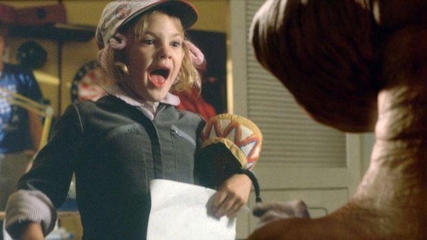 """À sept ans, Drew Barrymore était l'une des vedettes dans """"E.T."""" (1982) de Steven Spielberg."""