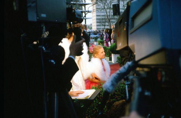 """Drew Barrymore, vedette dans """"E.T."""", cernée par les médias aux Oscars en 1983."""