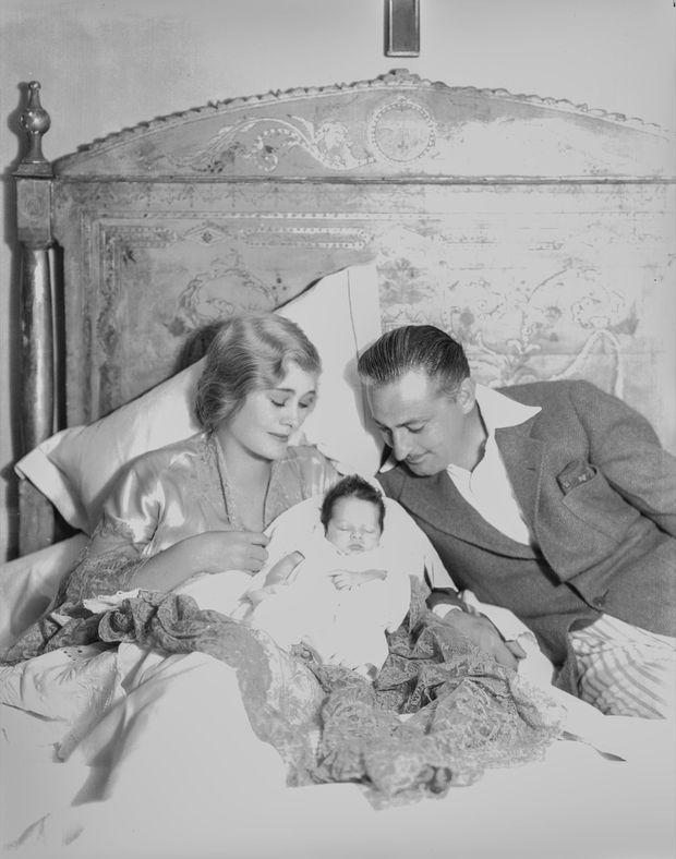 """""""Drew Barrymore appartient à la """"famille royale de Broadway"""", les Barrymore. Ici, son père John Jr, bébé, entre sa grand-mère Dolores et son grand père, le grand John Barrymore."""" - Paris Match n°2070, 26 janvier 1989."""