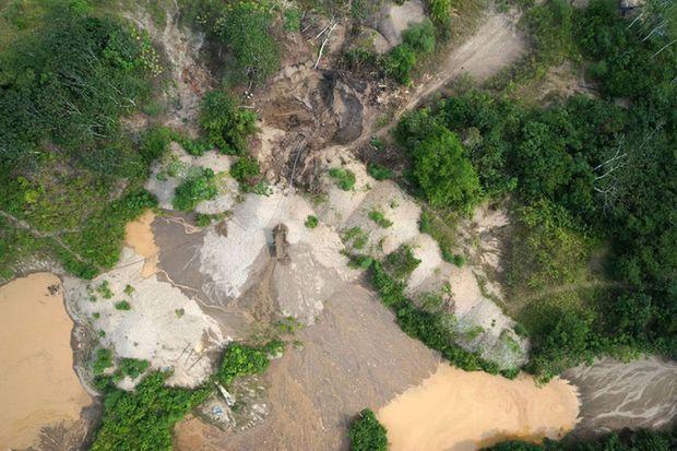 Des exploitations minières prises par un drone.