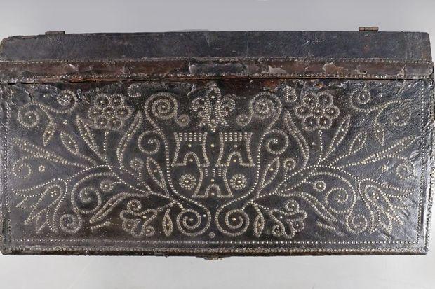 Le couvercle de la malle de carrosse de la marquise de Pompadour marquée de ses armes et des initiales C et B
