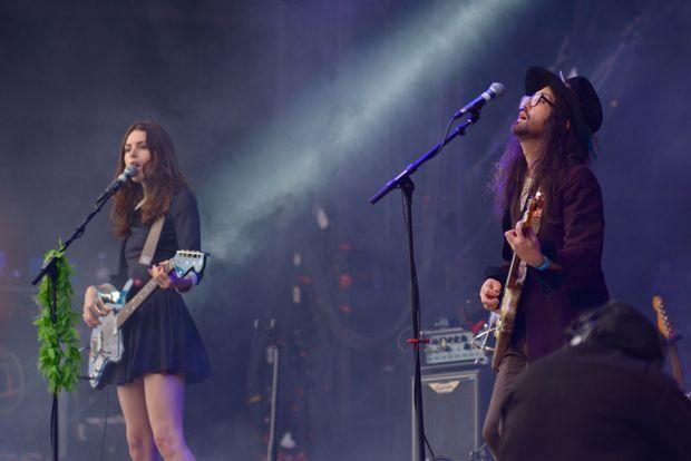 Sa compagne Charlotte Kemp Muhl joue de la basse.