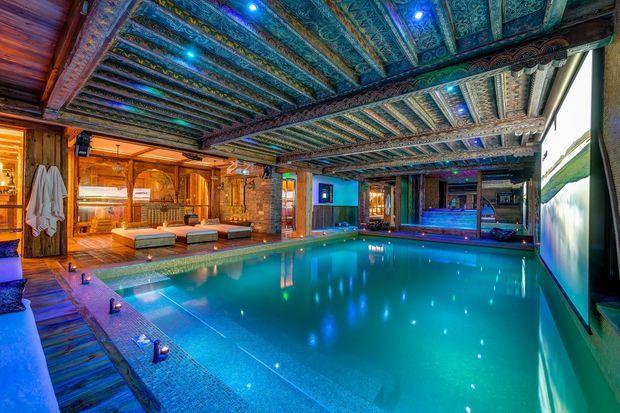 La piscine intérieure en or vieilli