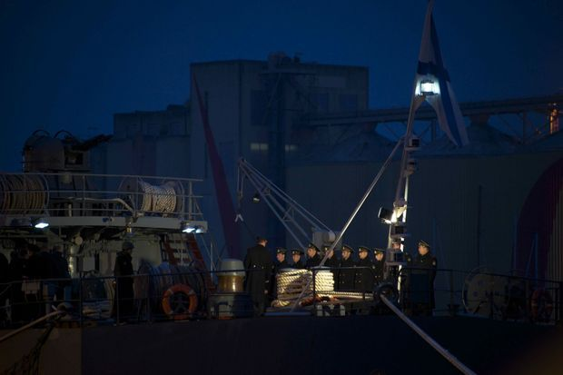Des marins russes sur le pont du «Smolny», samedi à Saint-Nazaire.