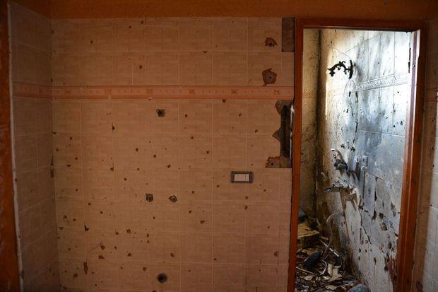 A l'intérieur de la maison, les murs témoignent de violences.