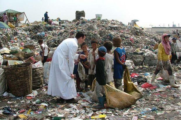 Le père Matthieu au milieu des enfants.