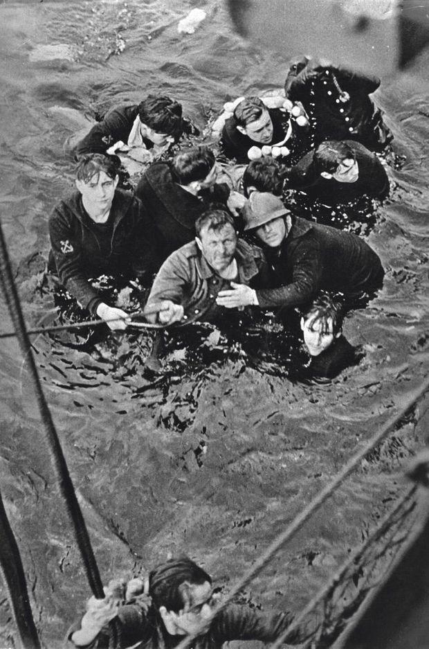 Des membres d'équipage du destroyer « Bourrasque », coulé par l'artillerie allemande, secourus par les Anglais.