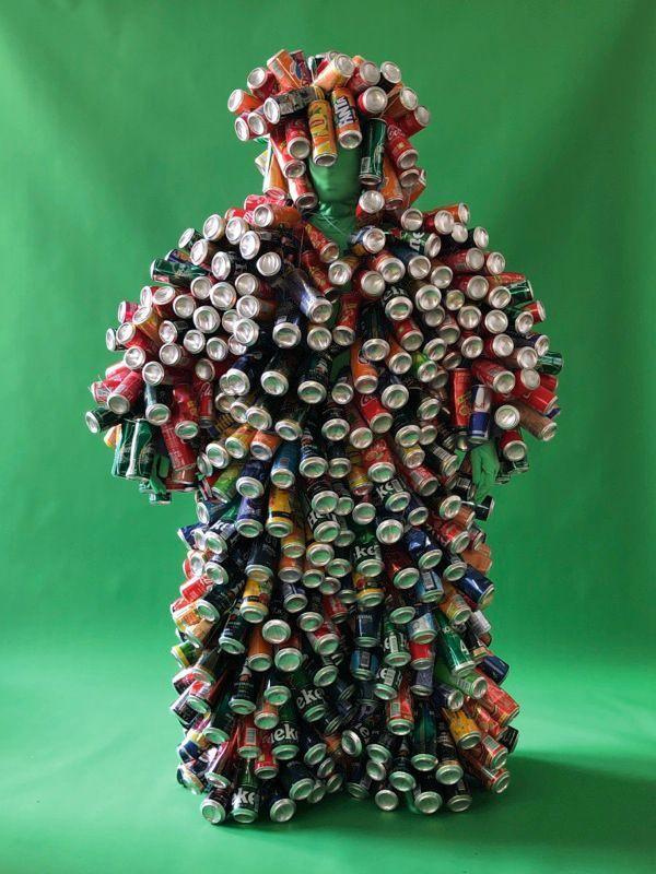 Entre mode et performance, Duo Kezako impose son style artwear avec sa combipantalon cousue de canettes de soda.