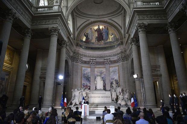 Durant le discours d'Emmanuel Macron, vendredi au Panthéon.