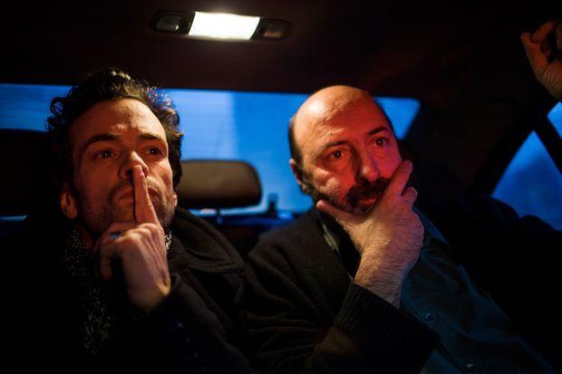 Romain Duris et Cédric Klapisch, soucieux dans une voiture.