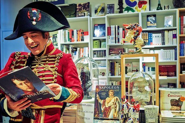 Dans la librairie des Invalides, le capitaine Neuville, alias Jean Dujardin, se souvient du bon vieux temps.