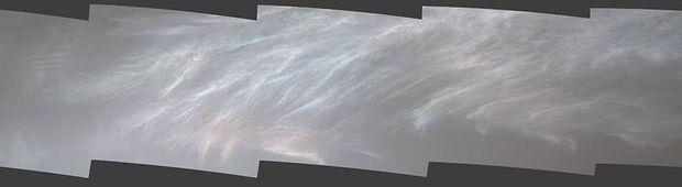Le rover Curiosity Mars de la NASA a repéré ces nuages irisés le 5 mars 2021, le 3048e jour martien, ou sol, de la mission. On voit ici cinq images assemblée ensemble à partir d'un panorama beaucoup plus vaste photigraphié par la caméra Mast du rover.