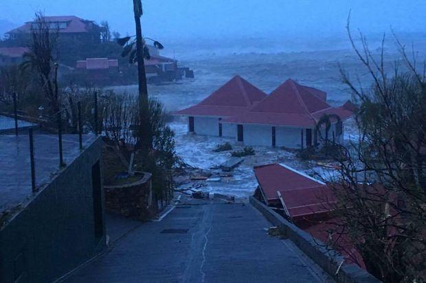 Les vagues ont atteint 6 à 8 mètres sur la plage.